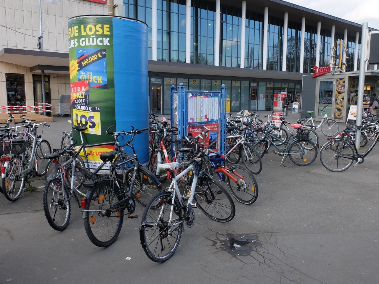 Fahrrad parken am Würzburger Hauptbahnhof
