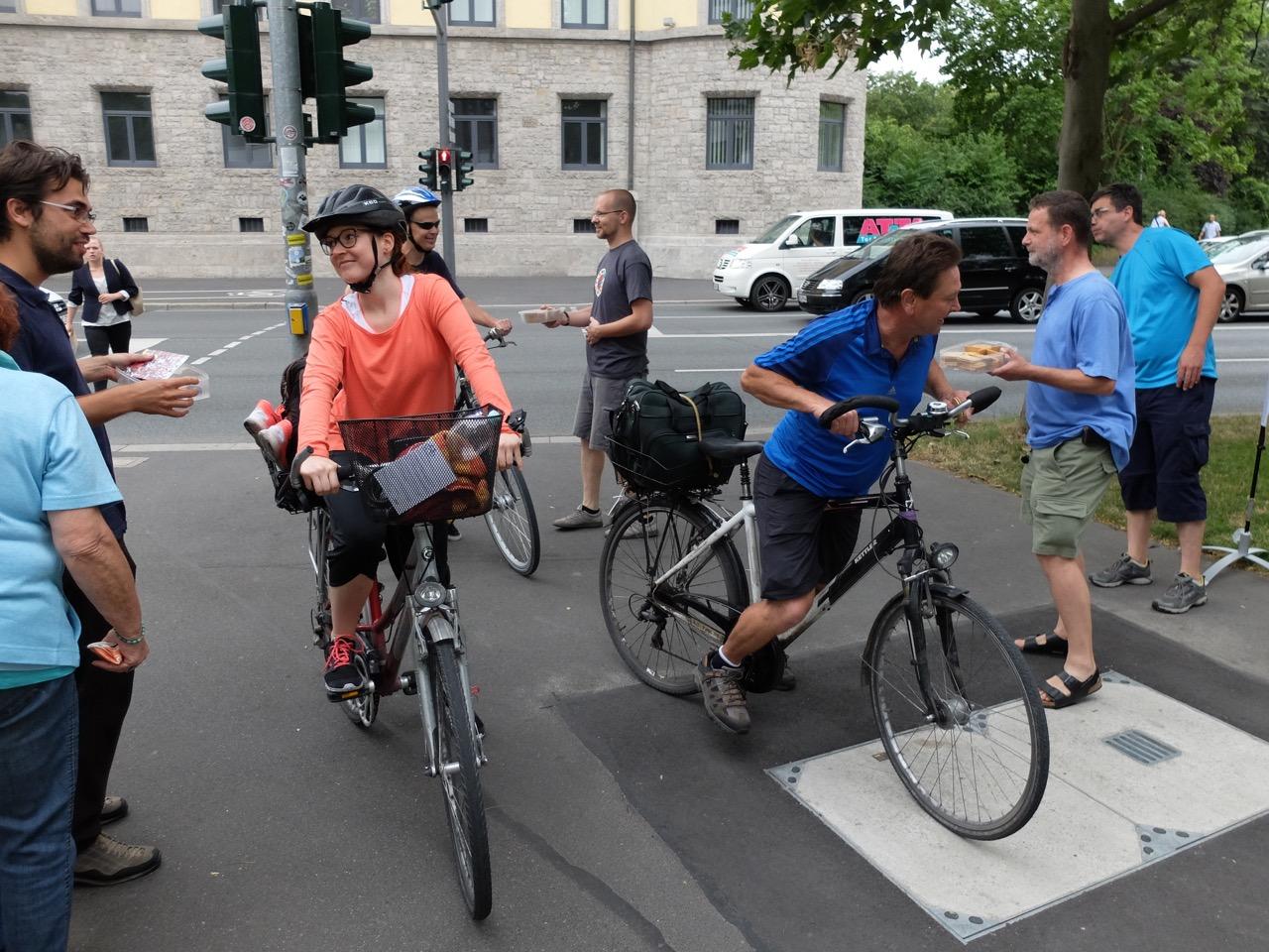 Fahrrad-Dankstelle mit Keksen und Infos