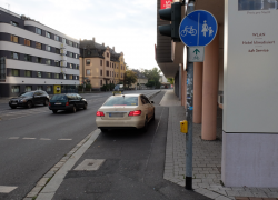 Auto-auf-Radweg_01